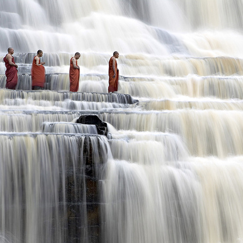 Monk_meditation_cascata